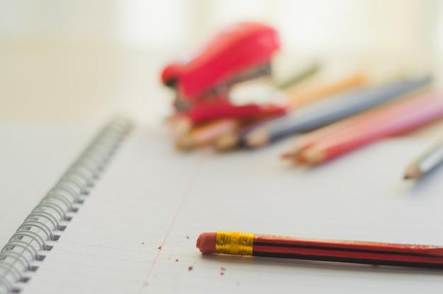 Crayon avec gomme en gros plan