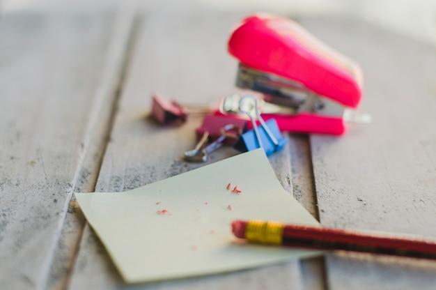 Crayon avec gomme sur une merde de papier