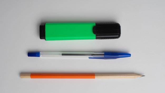 Crayon graphique, stylo à bille et marqueur permanent sur blanc