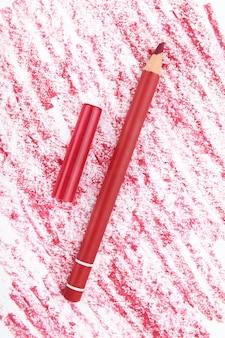 Crayon à lèvres avec un échantillon sur un blanc