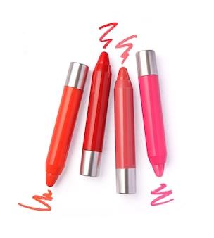 Crayon à lèvres et traits dans différentes nuances sur blanc