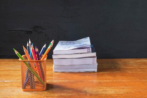 Crayon et livre concept d'éducation