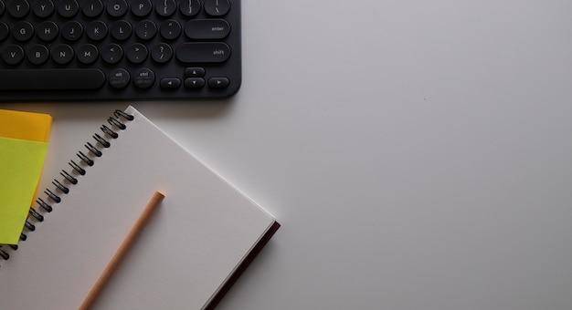 Crayon et livre sur la table blanche