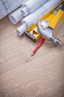 Crayon de niveau marteau de plans laminés sur planche de bois