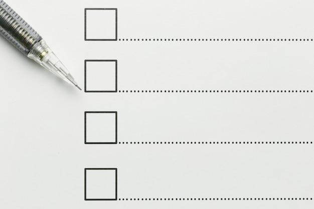Crayon noir placé sur les affaires de papier millimétré.