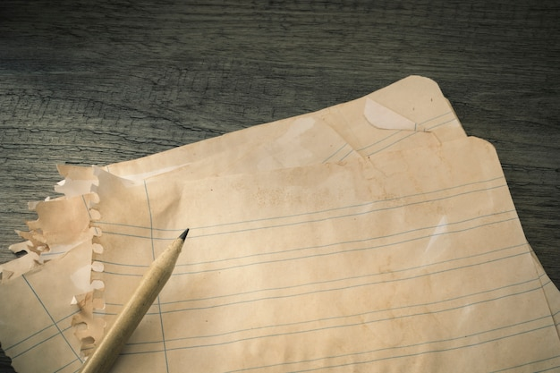 Crayon sur papier ligné ancien