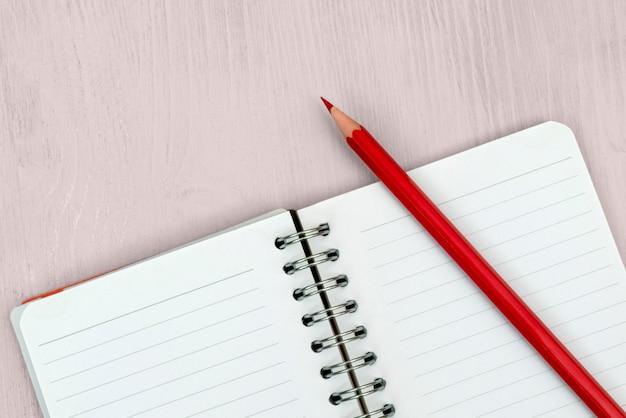 Crayon rouge et cahier pour les notes.