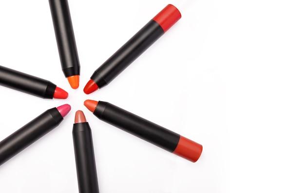 Crayon rouge à lèvres isolé sur blanc