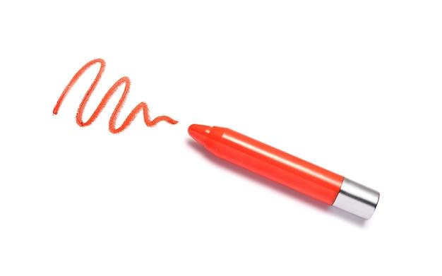Crayon de rouge à lèvres orange et coup isolé sur blanc