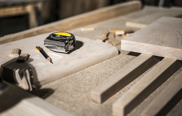 Crayon et ruban à mesurer, ébauches de bois