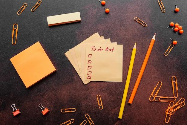Le crayon, les trombones et les feuilles pour les marques se trouvent sur un bureau