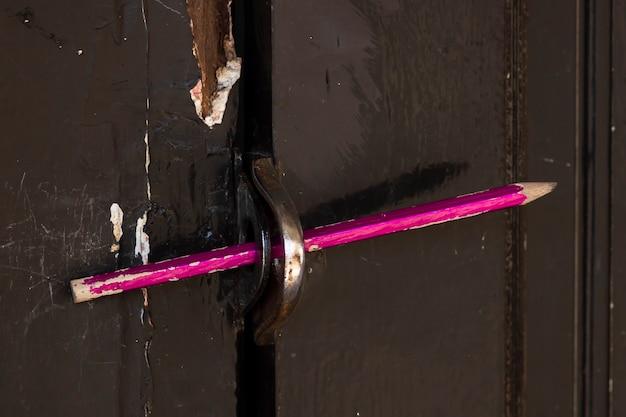 Crayon utilisé pour verrouiller la porte