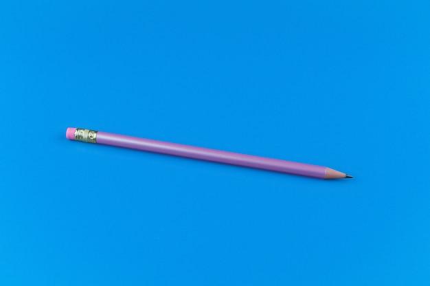 Un crayon violet sur fond bleu.