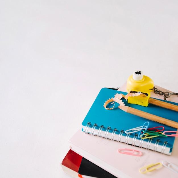 Crayons aiguisés et taille-crayon sur cahier