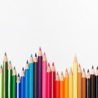 Crayons arc-en-ciel sur fond blanc
