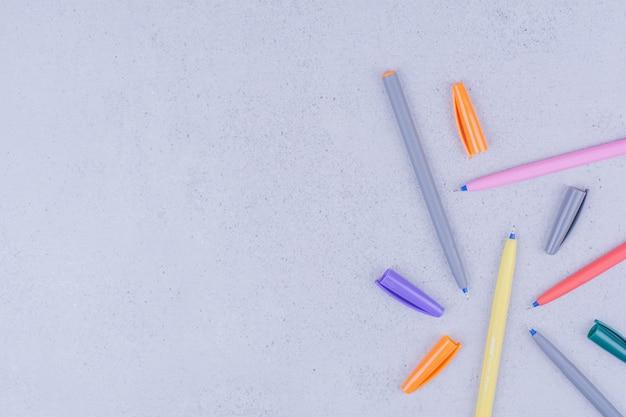 Crayons d'artisanat mandala multicolores isolés sur une surface grise