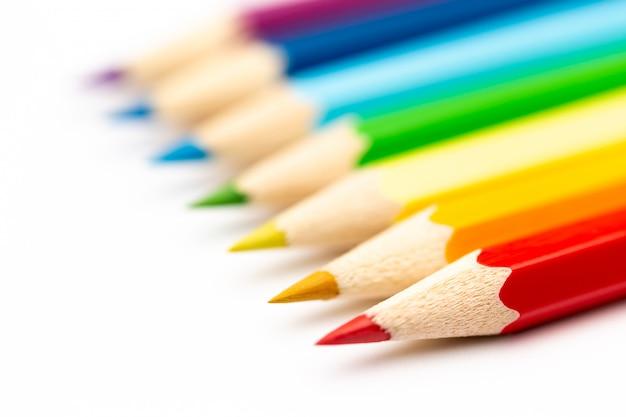 Crayons en bois de couleur colorée sur fond blanc