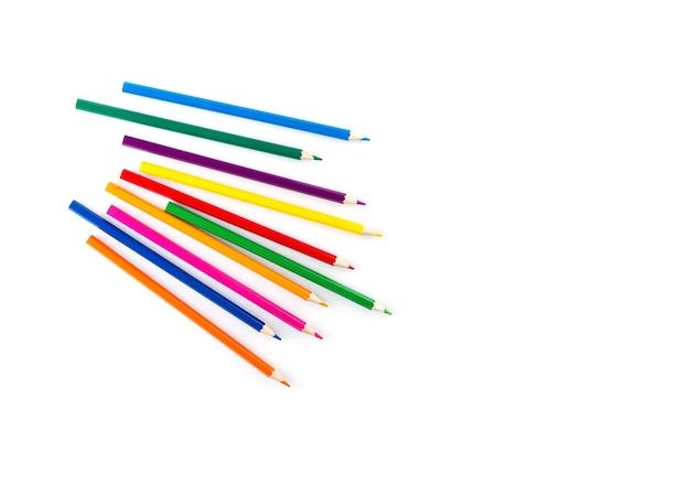 Crayons en bois de couleur sur fond blanc vue de dessus de l'espace de copie d'orientation horizontale
