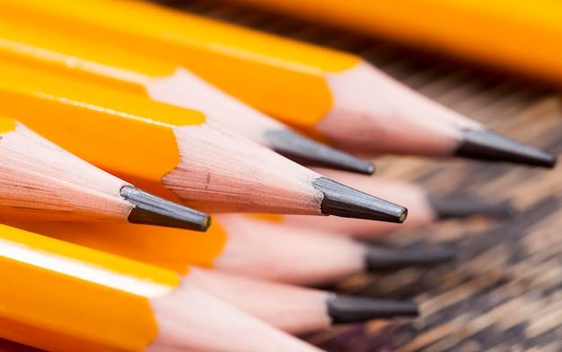 Crayons en bois de couleur unie avec mine grise pour le dessin et la créativité