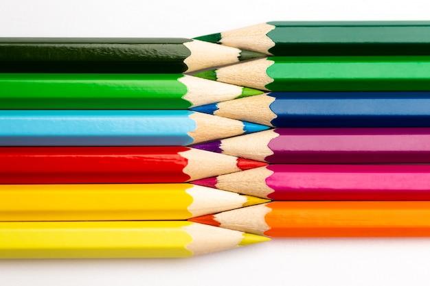 Crayons en bois de différentes couleurs isolés