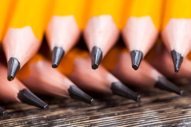 Crayons en bois avec mine grise