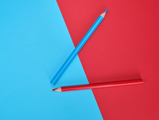 Crayons en bois rouges et bleus sur résumé de couleur