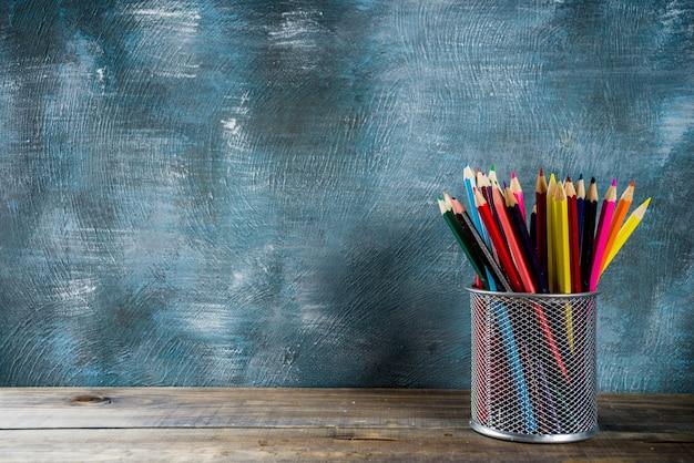 Crayons sur bureau en bois