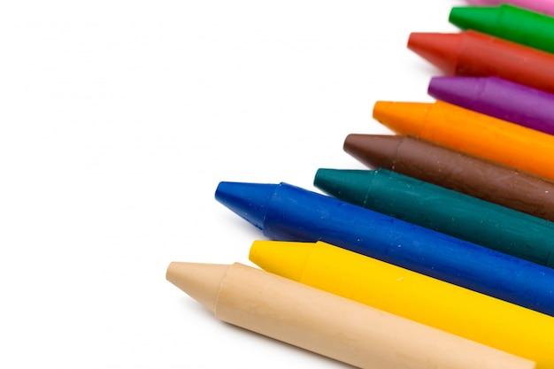 Crayons de cire colorés isolés sur blanc