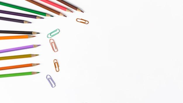 Crayons et clips multicolores