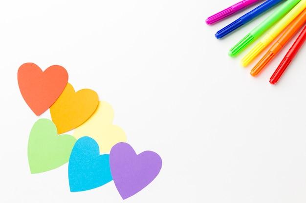 Crayons colorés et coeurs en papier