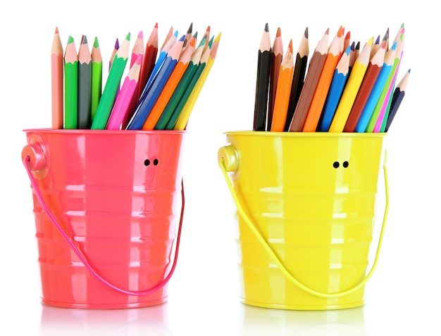 Crayons colorés dans deux seaux isolés sur blanc