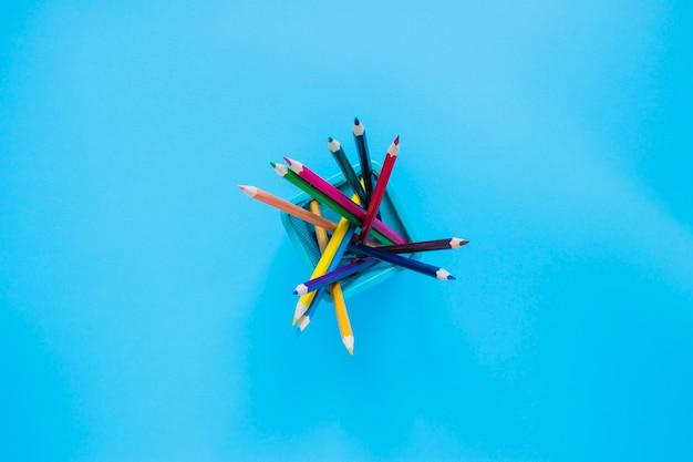 Crayons colorés dans un pot à crayons