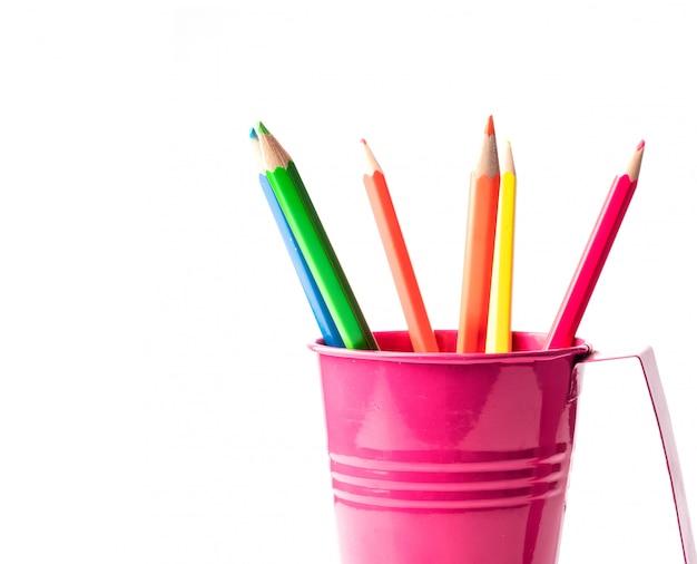 Crayons colorés dans un seau isolé sur blanc. idée créative pour le dessin et le style.