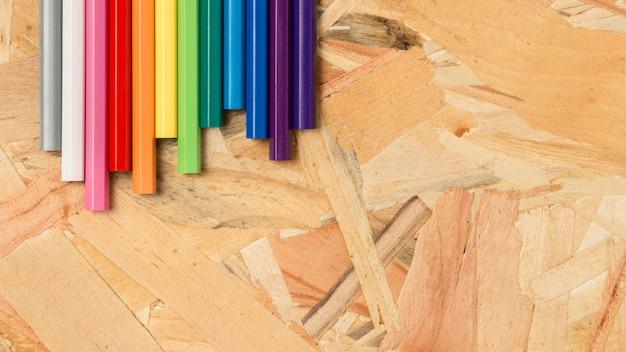 Crayons colorés dans des tons chauds et froids