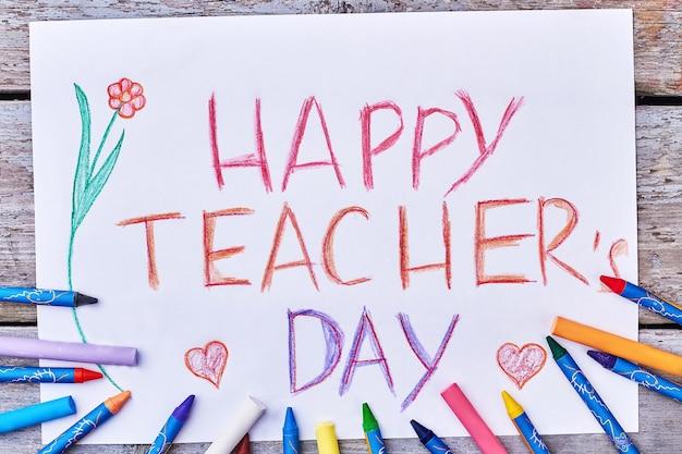 Crayons colorés, dessin, une fleur. souhait de bonne fête des enseignants.