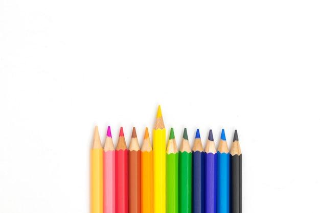 Crayons colorés sur fond blanc avec fond
