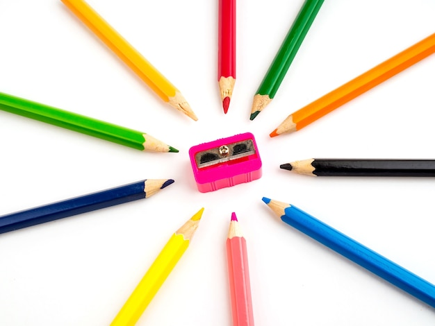 Crayons colorés sur fond blanc papeterie