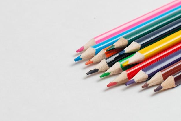Crayons colorés sur fond blanc, pour les enfants qui dessinent