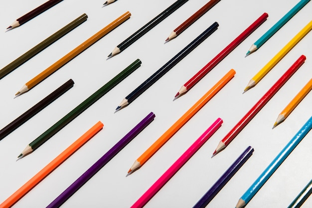 Crayons colorés sur fond blanc