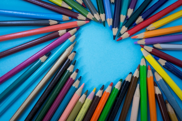 Crayons colorés en forme de coeur