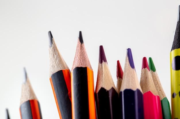 Crayons colorés graphite et crayons à dessin vue rapprochée sur blanc