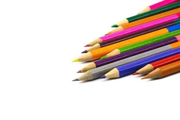 Crayons colorés isolés sur blanc