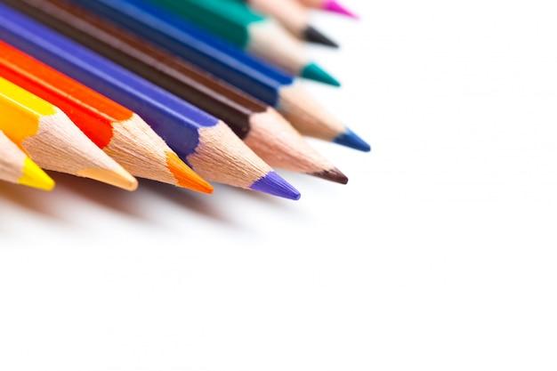 Crayons colorés, isolés sur blanc
