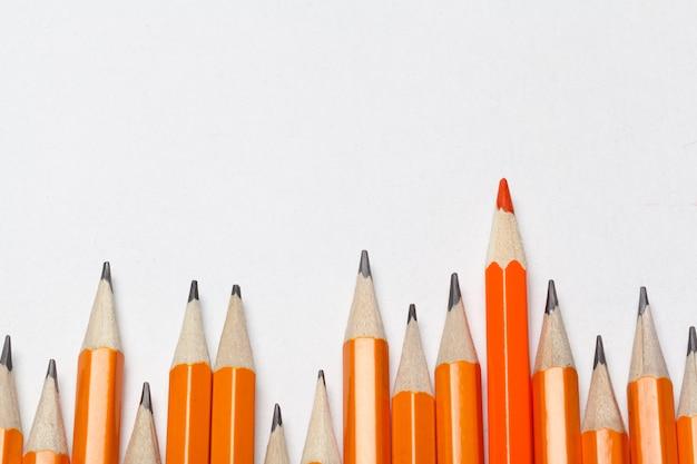 Crayons colorés ordinaires en bois isolés sur blanc