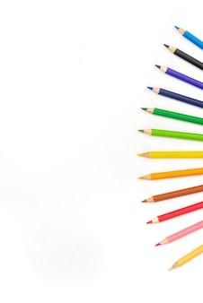 Crayons colorés pointent ensemble sur fond blanc