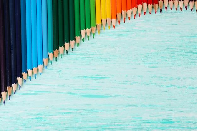 Crayons colorés sur table en bois