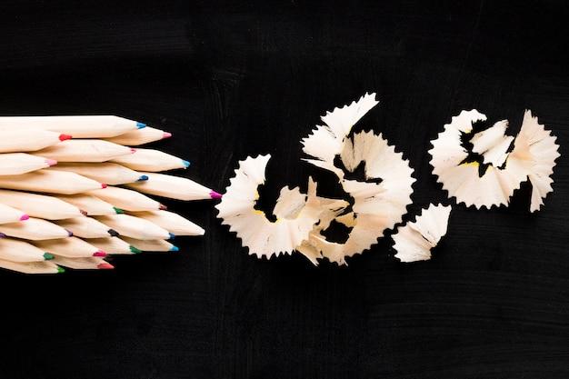 Crayons et copeaux de bois
