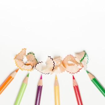 Crayons et copeaux de crayons sur fond blanc