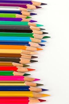 Crayons de couleur aiguisés dans la rangée
