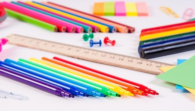 Crayons de couleur et aquarelles sur blanc, retour à l'école, papeterie